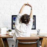 6 ασκήσεις που γυμνάζουν όλο το σώμα σου ενώ κάθεσαι