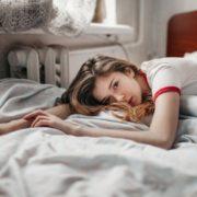 Γιατί ξυπνάς περισσότερο κουρασμένη αυτό το διάστημα