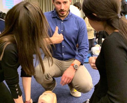 Χρήστος Κρασαδάκης: Ο γιατρός που γνώρισε στα παιδιά τις Πρώτες Βοήθειες