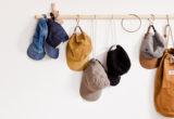 Η πιο εύκολη DIY minimal κρεμάστρα που θα σε βοηθήσει να οργανώσεις τα αξεσουάρ σου