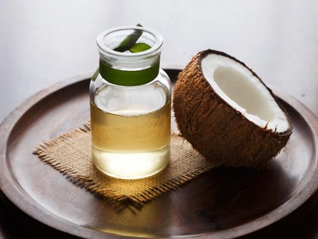 9 διαφορετικοί τρόποι να χρησιμοποιήσεις το λάδι καρύδας για πιο απαλά και λεία μαλλιά