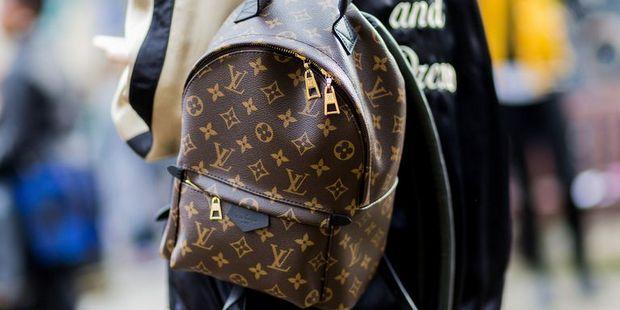 Αυτό είναι το backpack που επιστρέφει δυναμικά στο street style