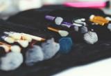 6 προιοντα μακιγιαζ εμπνευσμενα απο τα χρωματα της χρονιας