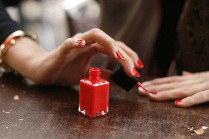 5 φρέσκες εναλλακτικές του κλασικού κόκκινου στα νύχια
