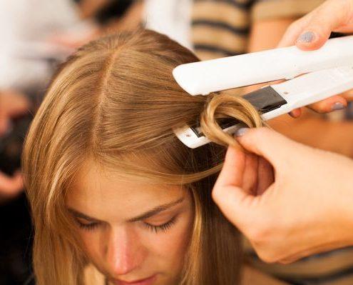 Ο καλύτερος τρόπος να καθαρίζεις την ισιωτική για τα μαλλιά σου