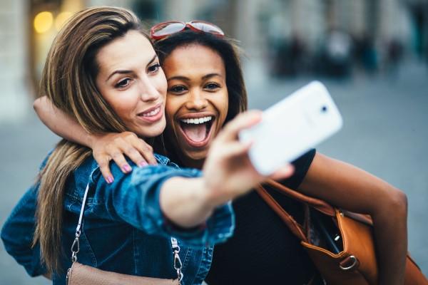 o-kosmos-twn-selfie-savoir ville