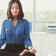 6 ασκήσεις γιόγκα που μπορείς να κάνεις στο γραφείο