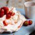 Η πιο τραγανή και απολαυστική Pavlova που έχεις δοκιμάσει με φρέσκιες φράουλες