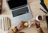Γιατί ένας διατροφολόγος θέλει να απομακρυνθείς από την οθόνη του υπολογιστή την ώρα που τρως