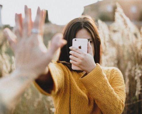 5 tips για να γίνεις τόσο ευτυχισμένη όσο δείχνεις στα social media