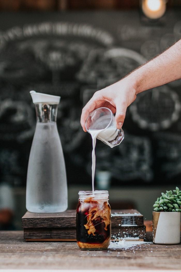 3 συνταγές κρέμας γάλακτος αμυγδάλου για τον επόμενο καφέ σου
