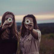 Βρήκαμε πόσες ώρες χρειάζονται για να δημιουργηθεί μια φιλία