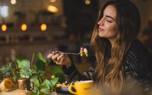 5 τρόποι να σταματήσεις να το παρακάνεις με το φαγητό