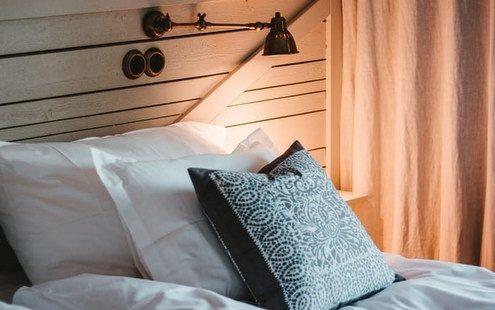 4 ιδέες για να προσθέσεις επιτοίχια φωτιστικά στο υπνοδωμάτιό σου