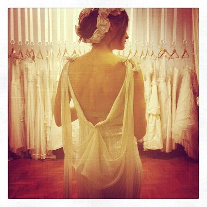 ΜELINA PISPA Φόρεμα κεντημένο με πέτρες και μεταξωτή μουσελίνα. Η Μelina Pispa σε έχει φανταστεί ως μία πολύ αέρινη, αλλά λαμπερή νύφη και γιατί να μην είσαι;