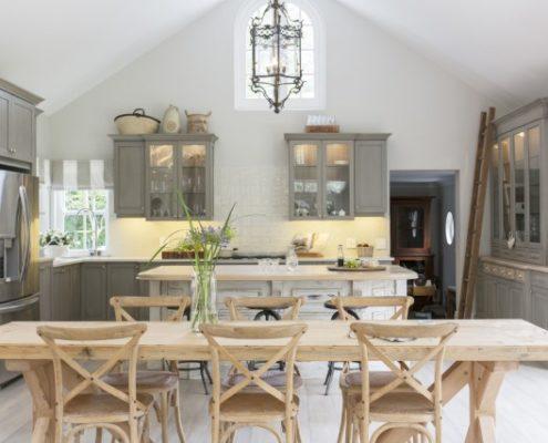 Ιδέες για να διακοσμήσεις εκείνο το άβολο σημείο πάνω από τα ντουλάπια της κουζίνας
