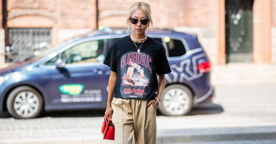 Τα βήματα που πρέπει να ακολουθήσεις για να κόψεις τα μανίκια ενός T-shirt