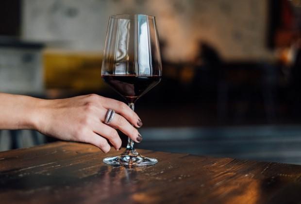 Πώς θα καταλάβεις αν πίνεις παραπάνω αλκοόλ από το κανονικό;