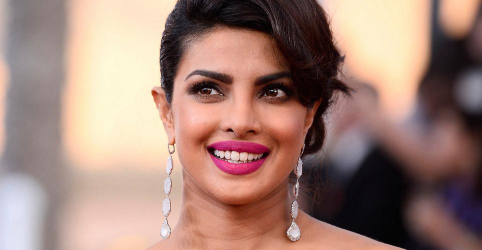 Το trick της Priyanka Chopra για να μη γυαλίζει το δέρμα της το καλοκαίρι είναι πολύ απλό