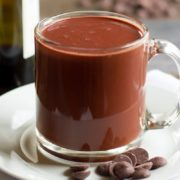 Ακολουθήσε την παρακάτω συνταγή για να φτιάξεις τέσσερα ποτήρια σοκολάτα με κρασί μέσα σε πέντε λεπτά.