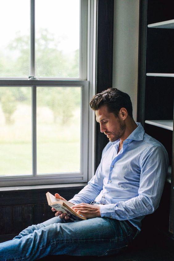 savoirville man reading