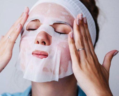 Τι «τρέχει» τελικά με τις sheet masks;