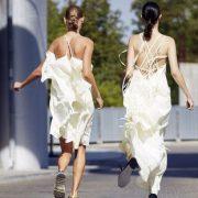 Βρήκαμε φορέματα που κοστίζουν κάτω από 200 ευρώ για τις πιο cool νύφες