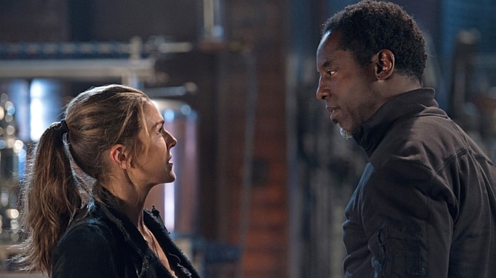 """The 100 -- """"Bitter Harvest"""" -- Image HU306a_0425 -- Pictured (L-R): Paige Turco as Abby and Isaiah Washington as Jaha -- Credit: Diyah Pera/The CW -- © 2016 The CW Network, LLC. All Rights Reserved"""