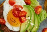 Οι tostadas με το αυγό, αβοκάντο και φασόλια είναι το επόμενο πρωινό σου