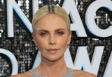 8 celebrities που δεν άφησαν τις άβαφες ρίζες των μαλλιών τους να γίνουν εμπόδιο σε μία εμφάνιση