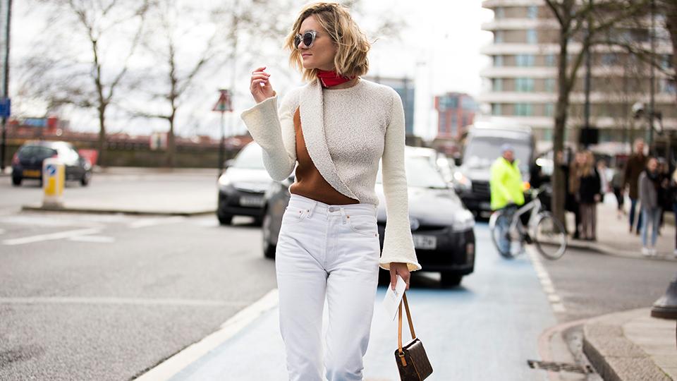 Ποιος είπε ότι δεν μπορείς να φορέσεις τα λευκά jeans σου τον χειμώνα;