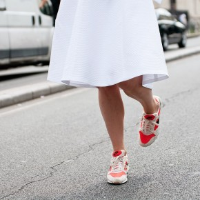 white-look-street-style-running-sneakers-nike-fashion-caps-front-row-blog