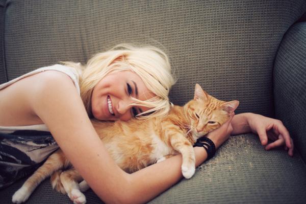 woman-cat-purring