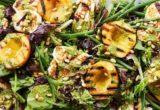 Η σαλάτα με ψητό χαλούμι, ροδάκινα και πέστο λεμονιού