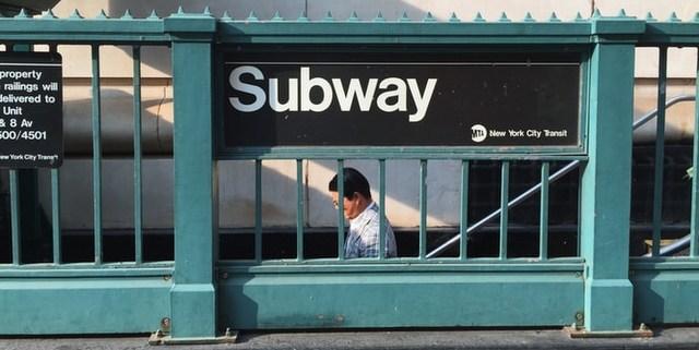 4 τρόποι να εκμεταλλευτείς τον χρόνο στα μέσα μαζικής μεταφοράς